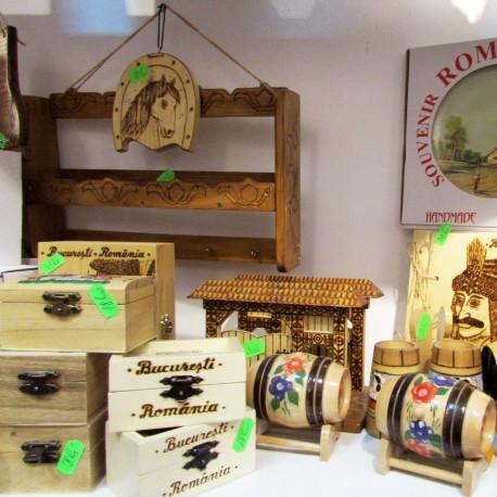 Magazin de artizanat - imagine cu butoiase si articole lemn